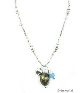 Zilverkleurige halsketting met goudkleurige en blauwe kraal