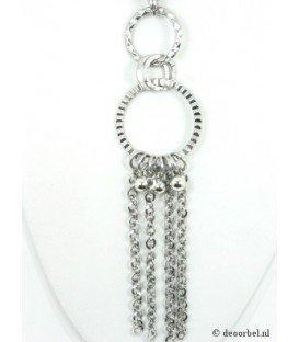 Zilverkleurige ketting met ronde hanger en strengen