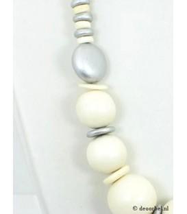 Halsketting van zilverkleurige en beige houten kralen