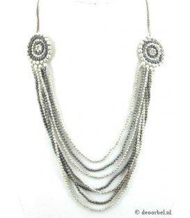 Zilverkleurige halsketing van kleine kraaltjes