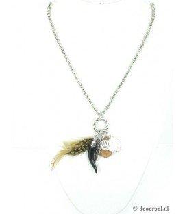 Zilverkleurige lange halsketting met veren hanger