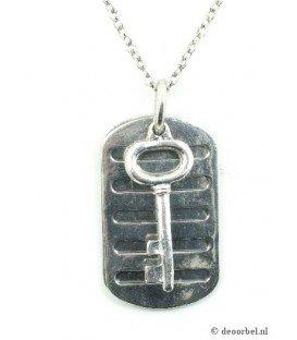 Zilverkleurige halsketting met sleutel en naamplaatje