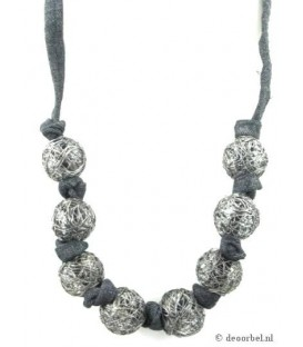 Zwarte koordhalsketting met zilverkleurige metalen draadbollen
