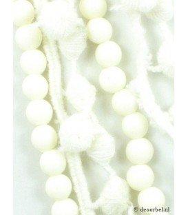 Creme stoffen halsketting met creme kralen