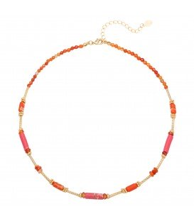 Rode halsketting gemaakt van verschillende soorten kralen