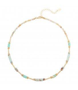 Blauwe halsketting gemaakt van verschillende soorten kralen