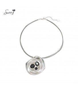 Korte staaldraad halsketting met ronde zilverkleurige hanger en doorzichtige grijze stenen
