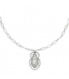 Zilverkleurige halsketting met een bedel in de vorm van een kever
