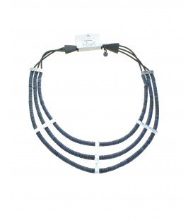 drie strengs koordhalsketting met blauwe stukjes schelp van het merk culture mix